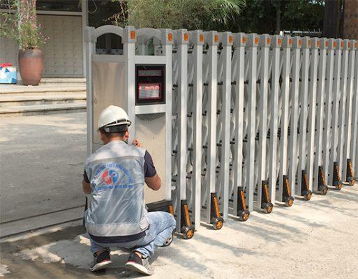 Lắp đặt cổng xếp inox nhôm
